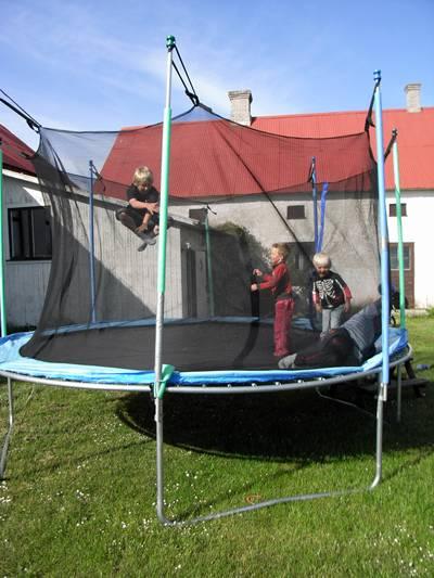 Pernilla Å:s barn och Hägsarvebarnen leker