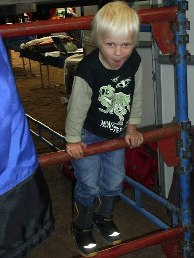 Henning höll till under läktaren. Tittut!