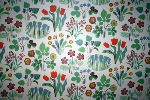 måla på tapetserad vägg